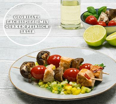 Gegrillte Lachsspieße mit Gurken-Pfirsich-Salsa